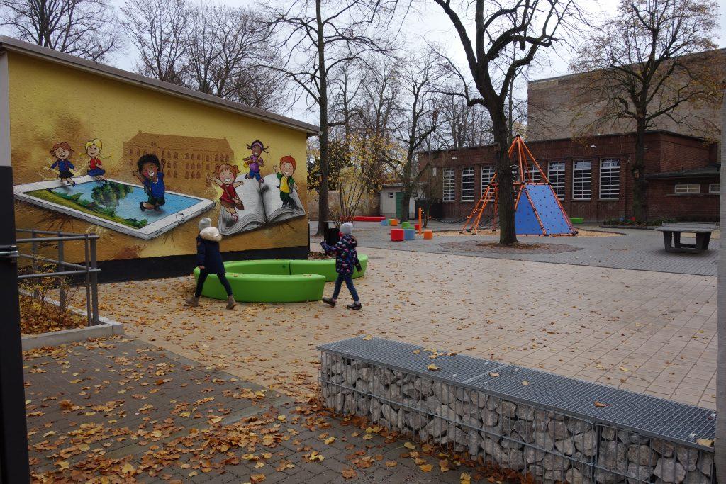 Grundschule Kleine Gartenstraße in Brandenburg a. d. Havel - Schulhof mit Schulgarten